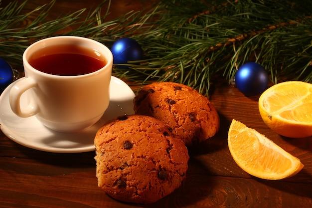 Новогодний чай, печенье и апельсины