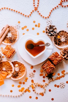 白い背景の上の新年のお茶。キラキラと白い背景。ホリデー。休日の装飾。レイアウトはお祝いのお茶会です。クリスマス