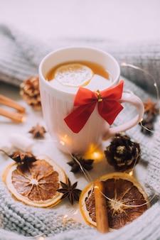 Новогодний чай с гирляндой и апельсинами. рождественское настроение. холодный вечер. горячие напитки.