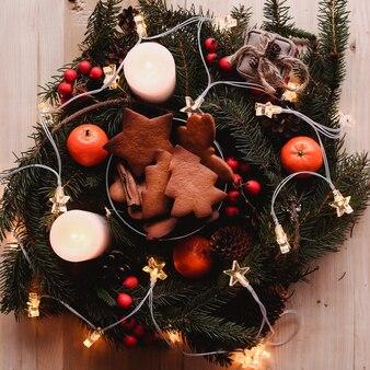 Новогодний венок с пряниками для рождественской вечеринки. рождественский ёлочный пирог
