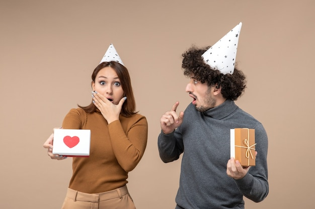 정서적 미친 충격을받은 젊은 부부와 함께 새해 촬영은 마음으로 새해 모자 소녀를 착용