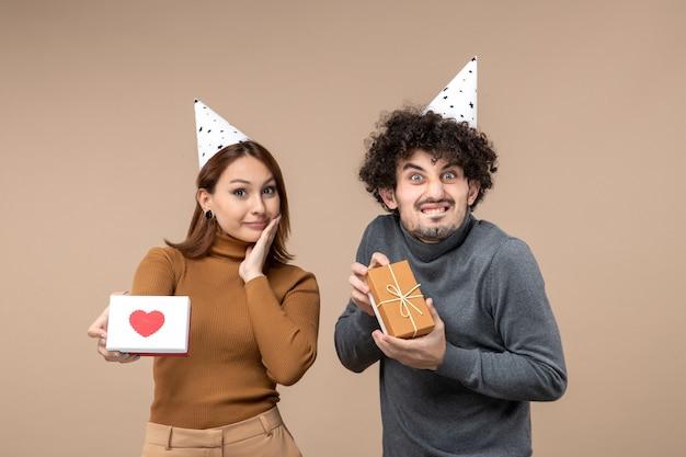 정서적 미친 젊은 부부와 함께 새해 촬영은 마음으로 새해 모자 행복 소녀를 착용