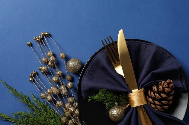 青の背景に新年のテーブルの設定。