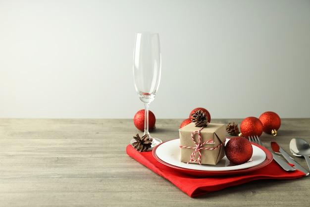 Сервировка новогоднего стола на серый текстурированный стол.