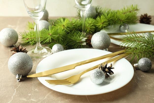 灰色のテクスチャテーブルの新年のテーブル設定。