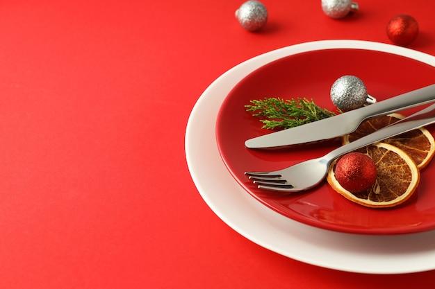 赤の背景に新年のテーブルセッティング。