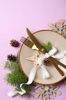 紫の背景の新年のテーブル設定。