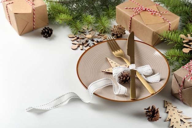 白のテーブルに新年のテーブルを設定します。