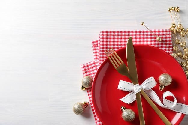 白い木製のテーブルに新年のテーブルセッティング。