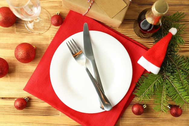 Сервировка новогоднего стола на деревянный стол.