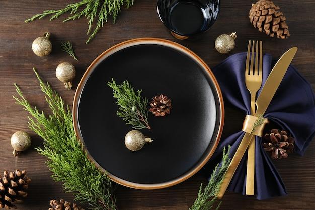 木製の背景に新年のテーブルセッティング。