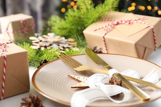 Сервировка стола новый год с боке, крупным планом.