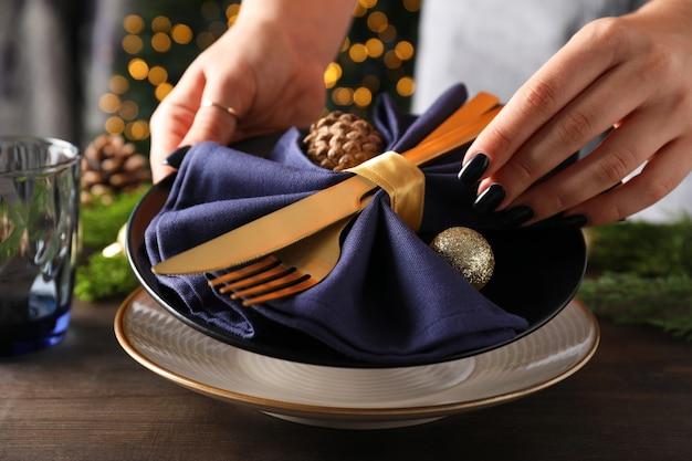 Сервировка стола новый год с боке на деревянном столе.