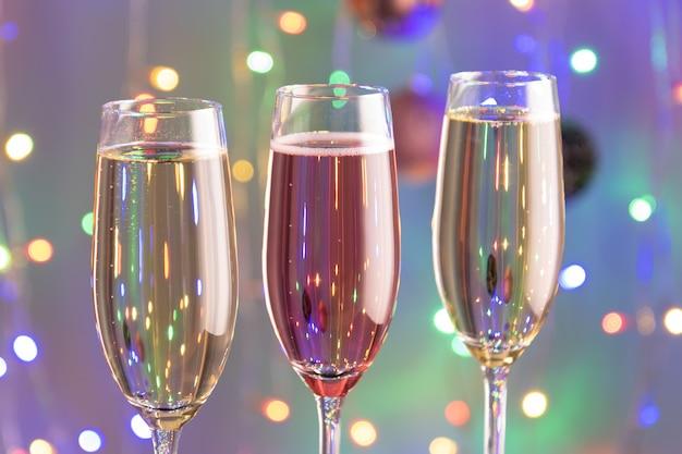 Концепция новогоднего тоста с шампанским с праздничными украшениями