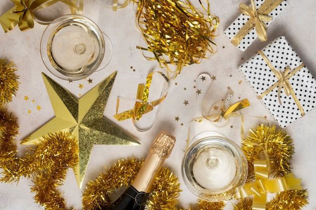 シャンパンボトルと新年のトップビュー
