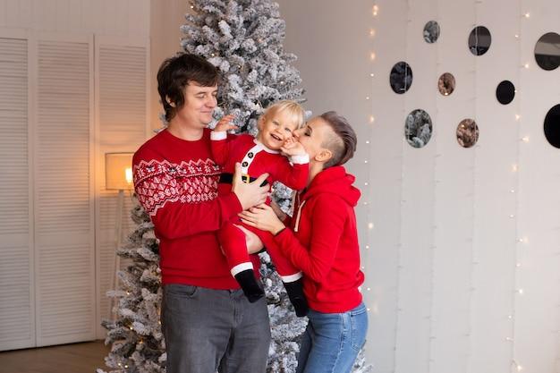 背景に新年のツリーとクリスマスプレゼント。家で家族のクリスマス。