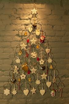 Новогодняя елка из металлических колец и игрушек