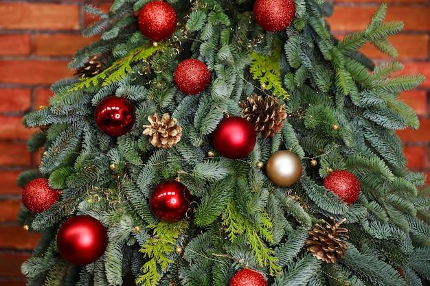 花輪とボールで飾られたモミで作られた新年の木