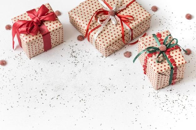 赤いリボンで結ばれた贈り物と新年の白いお祭りの壁。