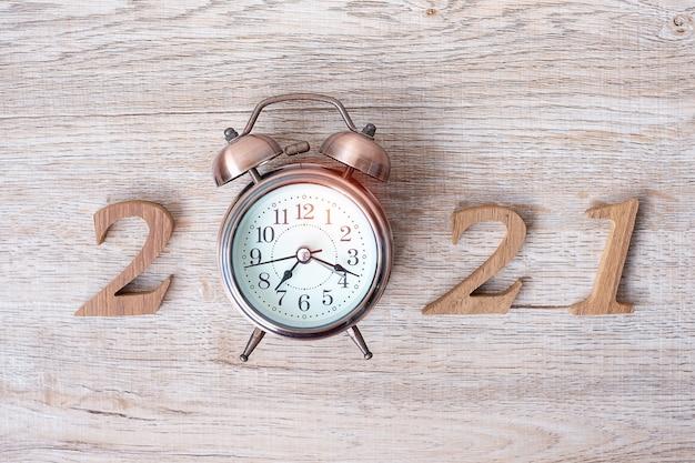 Новый год с будильником и деревянным номером