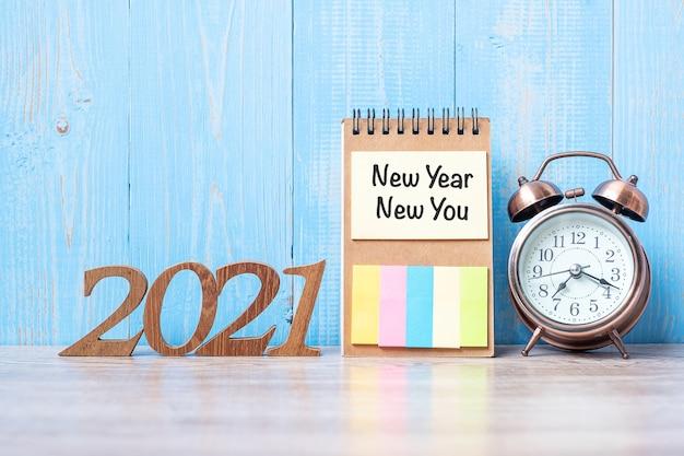 Новый год с пустой записной книжкой, будильником и деревянным номером
