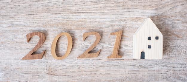 家のモデルと木製の番号で新年