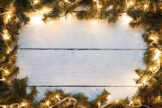 新年の木製の背景は、クリスマスツリーとライトを飾った