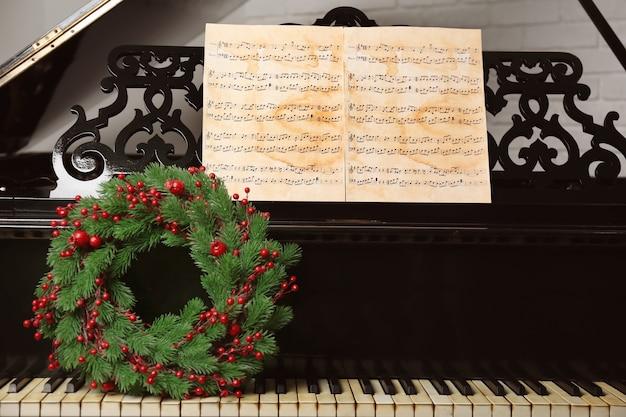 ピアノキーボードの新年の花輪。クリスマス音楽のコンセプト