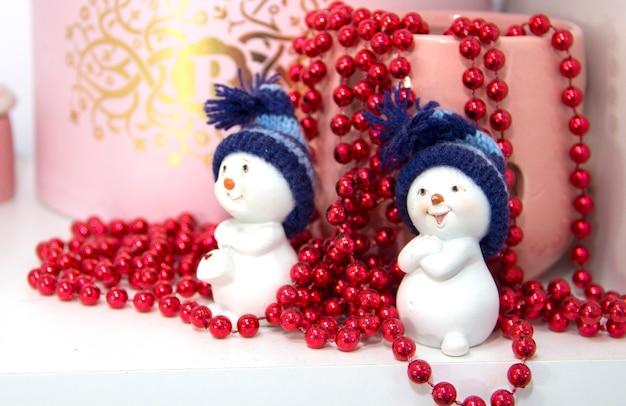 Новогодняя концепция два снеговика новогоднее украшение
