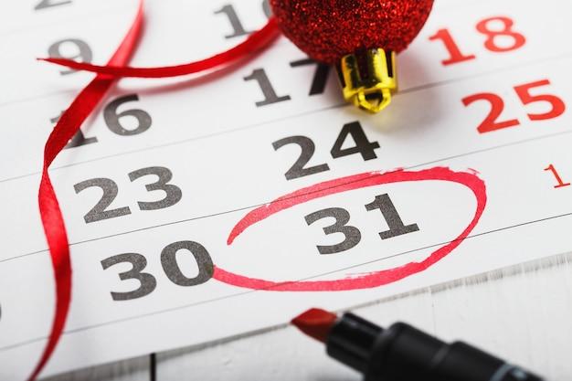 빨간색으로 표시된 새해 전야 날짜