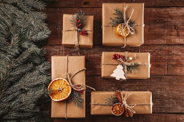 Новогодние подарки, упакованные в экологически чистые материалы, вид сверху