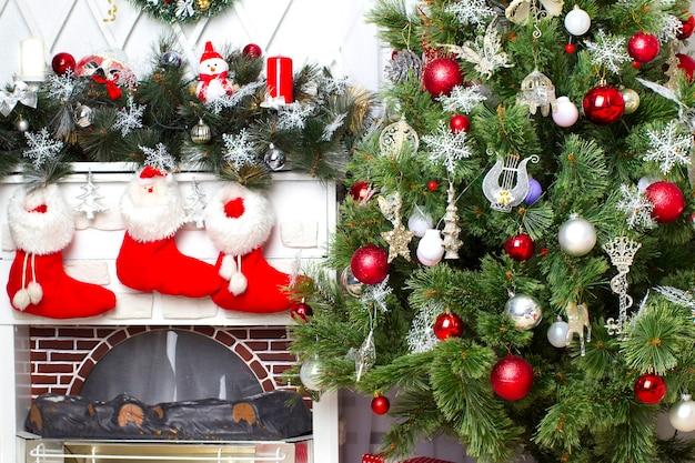 新年のインテリアおもちゃで飾られたお祝いのクリスマスツリー