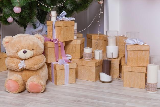 新年のインテリアクリスマスツリークリスマスツリーのギフトとクリスマスツリーの下のおもちゃ
