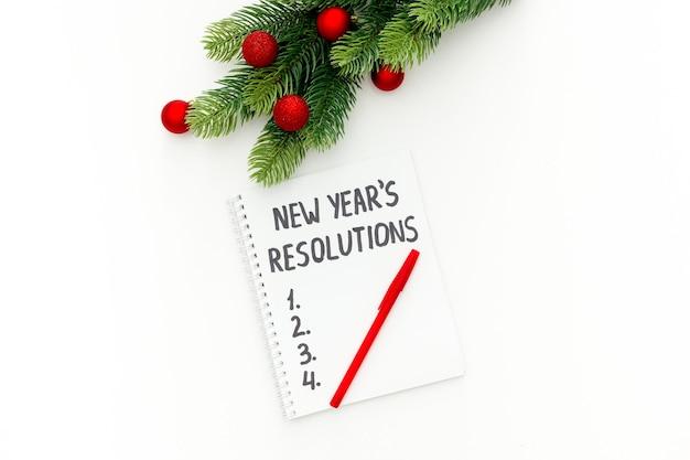 分離されたクリスマスの装飾と新年の決議