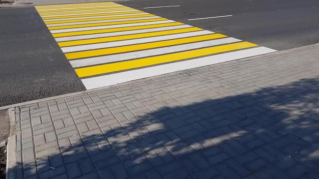 Новая желто-белая разметка пешеходного перехода, образа жизни, транспортной концепции