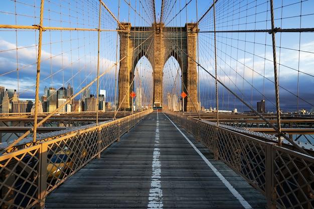 マンハッタンのニューヨーク市ブルックリン橋のクローズアップ。高層ビルとハドソン川の街並み。