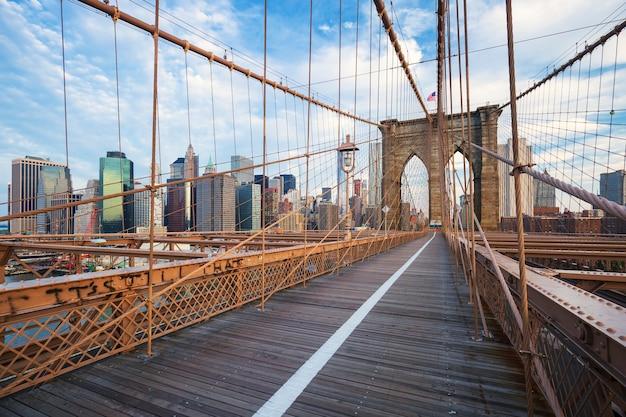 맨해튼의 뉴욕시 브루클린 다리와 고층 빌딩 및 허드슨 강 너머로 도시의 스카이 라인.