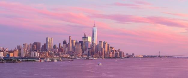 Центр города нью-йорка манхэттен закат панорама горизонта над рекой гудзон в сша