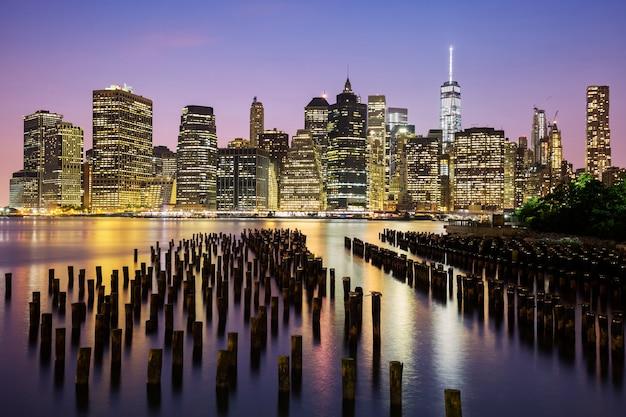 夕暮れ時のニューヨーク市マンハッタンのダウンタウンのスカイライン、米国。