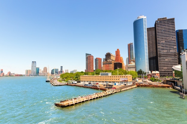 Вид на центр города нью-йорка манхэттен над гудзоном