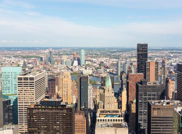Аэрофотоснимок центра города нью-йорка манхэттена