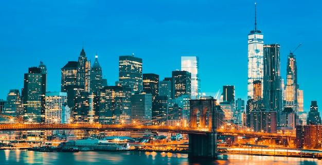 ブルックリン橋のある夕暮れ時のニューヨーク市マンハッタンのミッドタウン。米国。