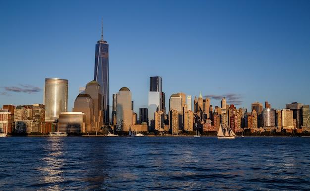 Горизонт манхэттена нью-йорка с историческими достопримечательностями небоскребов над рекой гудзон