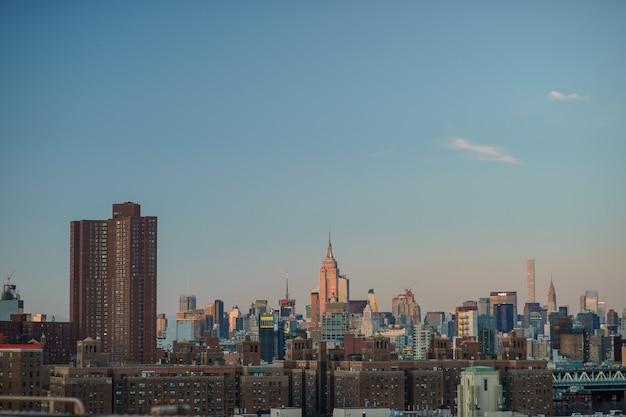 Центр города нью-йорка с эмпайр-стейт-билдинг на закате