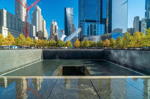 New york city - 2019년 10월 25일 : 미국 뉴욕 맨해튼 시내의 세계 무역 센터 그라운드 제로에서 9/11 기념관