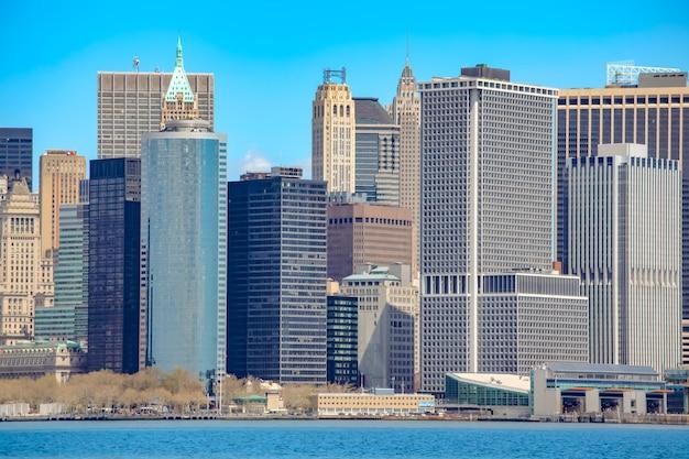 Панорама нью-йорка с небоскребами на горизонте манхэттена