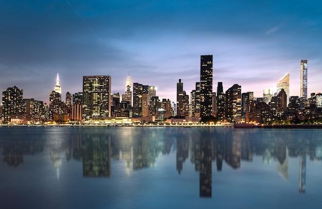 Горизонт нью-йорка с городскими небоскребами на закате, сша.