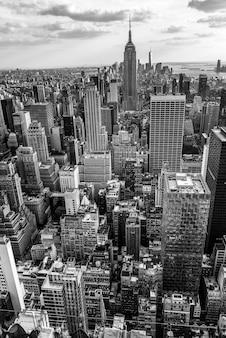 日没時の都市の高層ビル、米国のニューヨーク市のスカイライン。