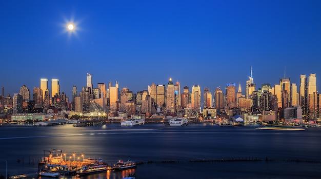Нью-йорк, сша, вид на горизонт манхэттена в сумерках с бульвара восточный нью-джерси