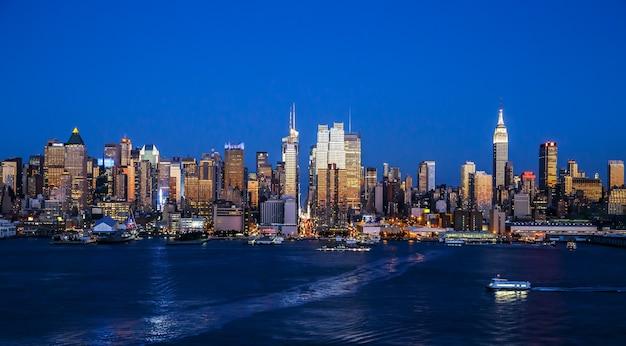 Boulevard east new jersey에서 황혼에 맨해튼 스카이라인의 뉴욕시 전망